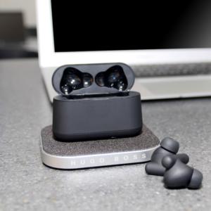 Hugo Boss earbuds og ladestation